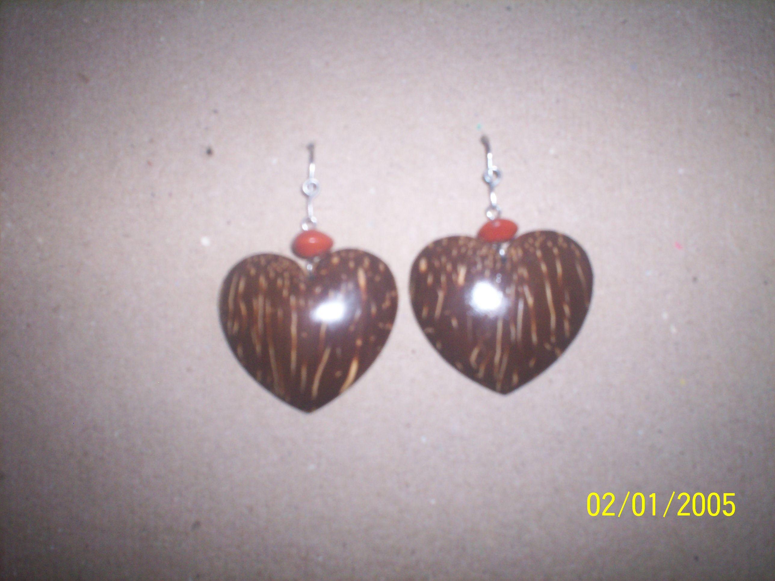Brincos feitos artesanalmente com casca de coco