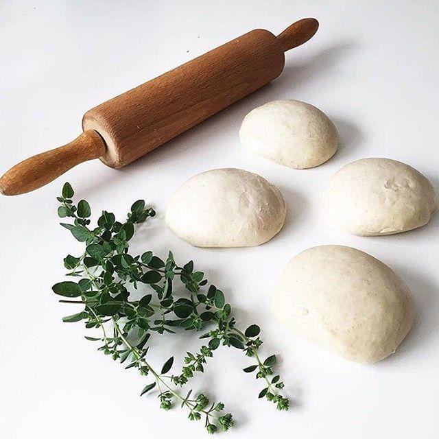 Pizzateig . Rezept für 6 Personen . Zutaten: • 500g Mehl • 250ml Wasser • 10g Hefe, bzw. ein Päckchen Trockenhefe • 1 Prise Salz • 3 Esslöffel Olivenöl . Zubereitung: Die Hefe in ein wenig Wasser auflösen. Dann alle Zutaten miteinander verkneten... bis der Teig schön glatt und geschmeidig ist. An einen warmen Platz ca. 2 Stunden mit feuchten Küchentuch zugedeckt gehen lassen bis er sich verdoppelt hat . #pizzateig #rezept #pizza #we5iveküche #pizzateigmittrockenhefe