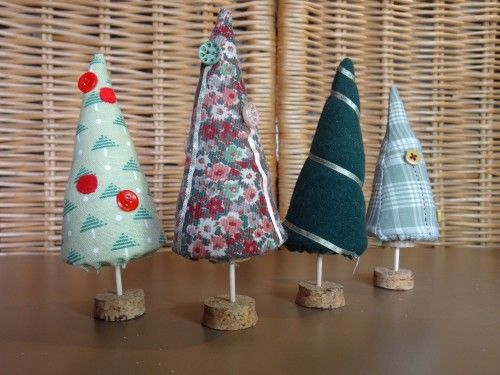 D co de no l sapins pointus village miniature for Decoration de noel fait main