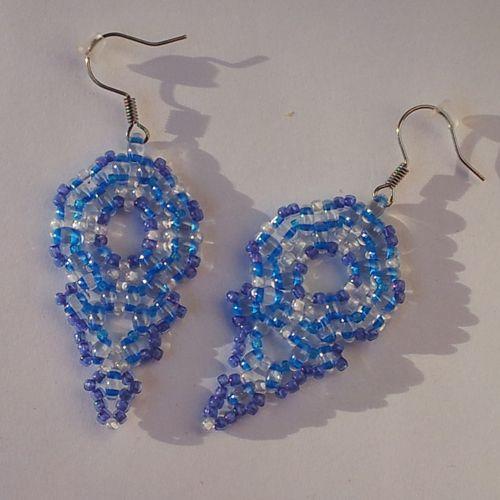 Náušnice - modré slzy  Náušnice jsou vyrobeny z kvalitní Jablonecké bižutérie. Náušnice jsou s afroháčky + gumová zarážka proti vypadnutí z ucha. http://btlr.me/10pXTlW