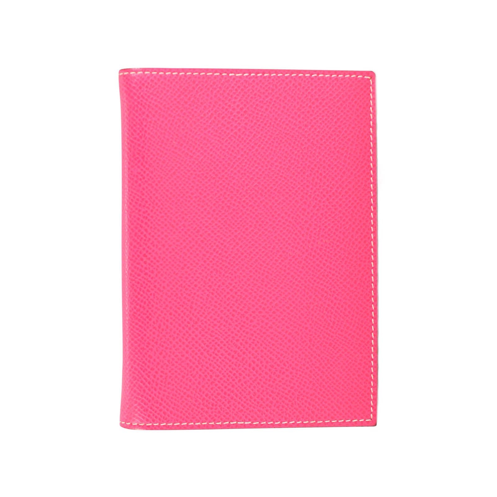 Hermès Grand Modele Agenda in Rose Tyrien crafted in Epsom calfskin leather, Interior is in the same leather in Burgundy Bordeaux and features two hooks for refill, front and back slip pockets. | Agenda measures: Length: 10cm x Height: 13.5cm | Comes with original box.