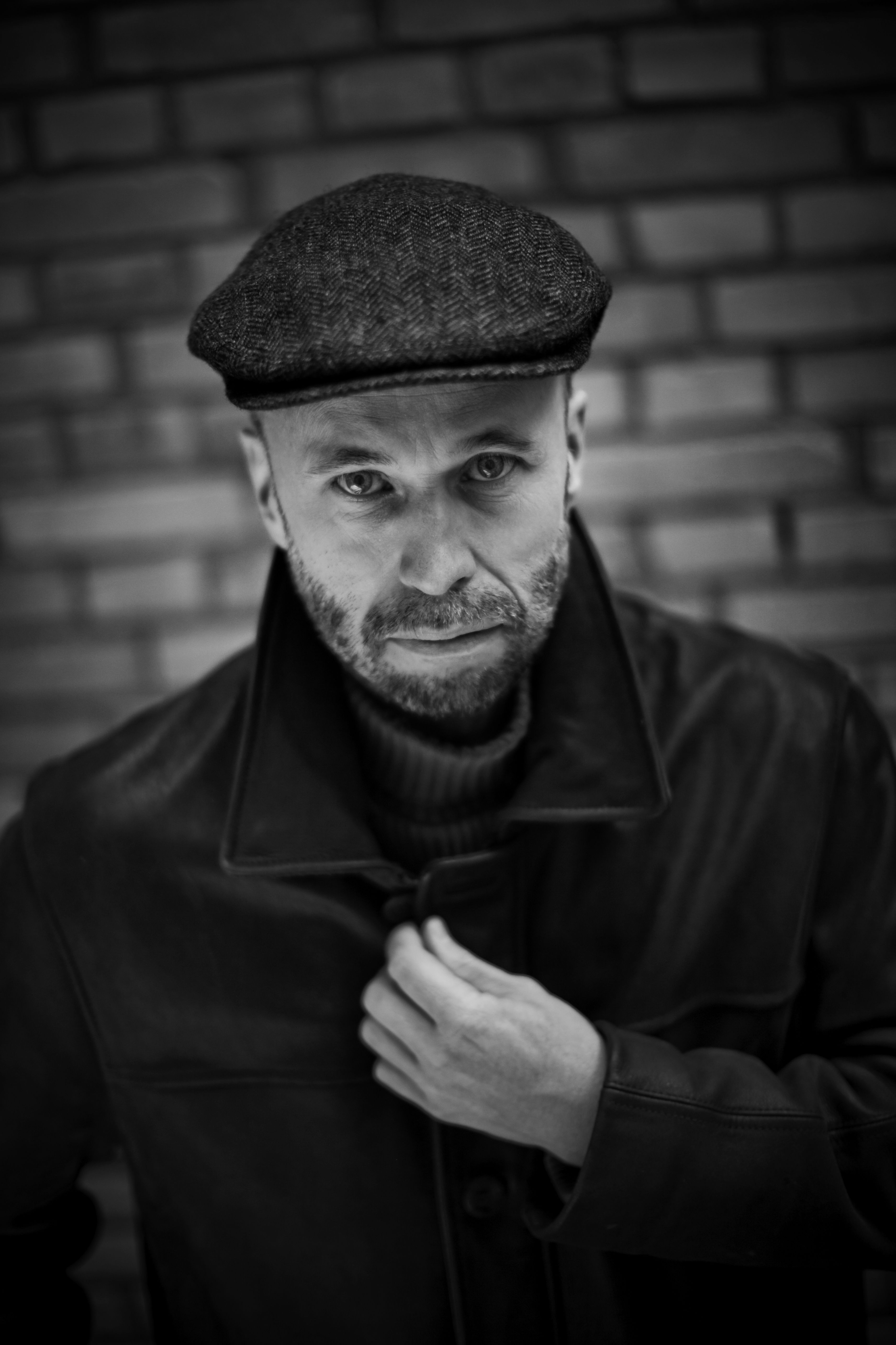 Johan Theorin (f. 1963) er forfatter og journalist og bor i Gøteborg. Han har tidligere udgivet tre spændingsromaner, som alle foregår på Øland i Sverige. Hans romaner er oversat til 20 sprog, han har fået et utal af priser, herunder Det svenske kriminalakademis debutantpris og samme akademis pris for årets bedste kriminalroman 2008. Derudover har han modtaget den prestigefyldte britiske pris The CWA Dagger Award.