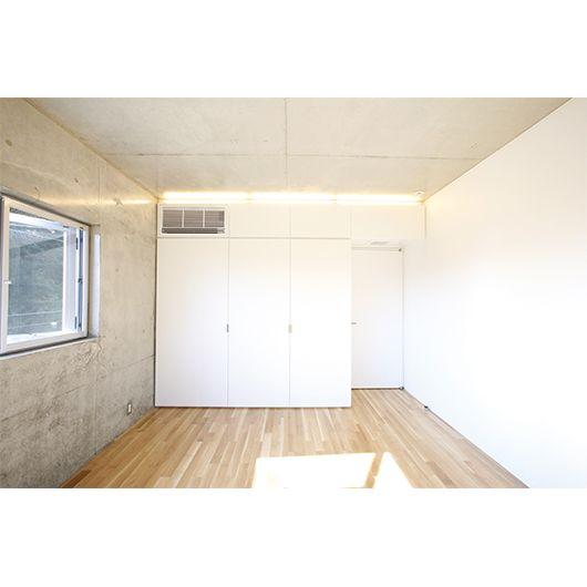 コンクリートの床がリビングルームを見事にした16倍 コンクリートの床 模様替え 夢ハウス
