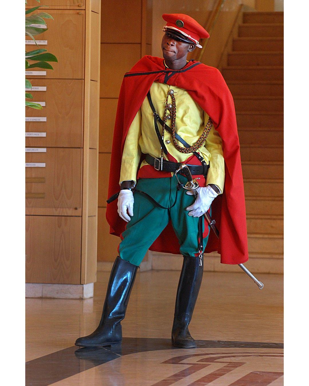 Un jour en #Afrique  #2007 - Membre de la garde présidentielle du président #Touré au #Mali. Photo : Benoît Gysembergh / #ParisMatch - Plus d'#archives sur @parismatch_vintage by parismatch_magazine