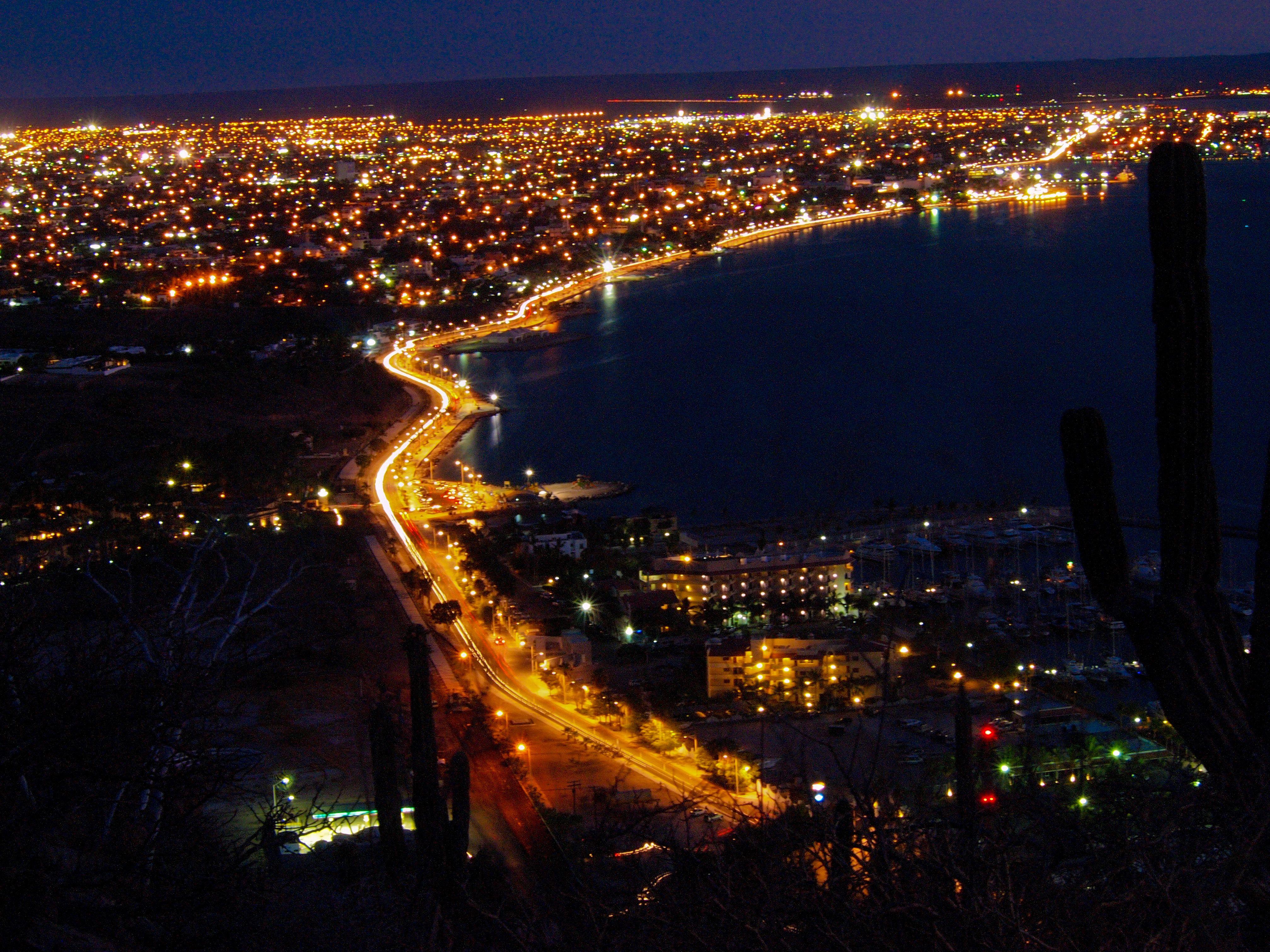 Malecón de Noche (desde el cerro de la calavera)