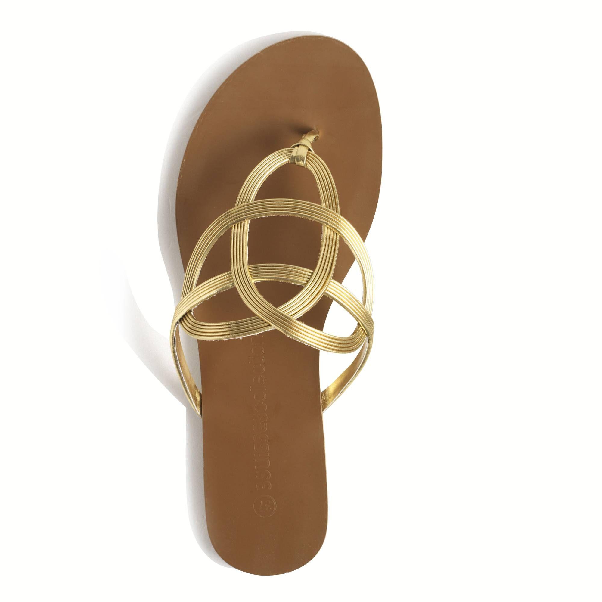 sandales plates dorées. chic pour l'été ! | une mode en or