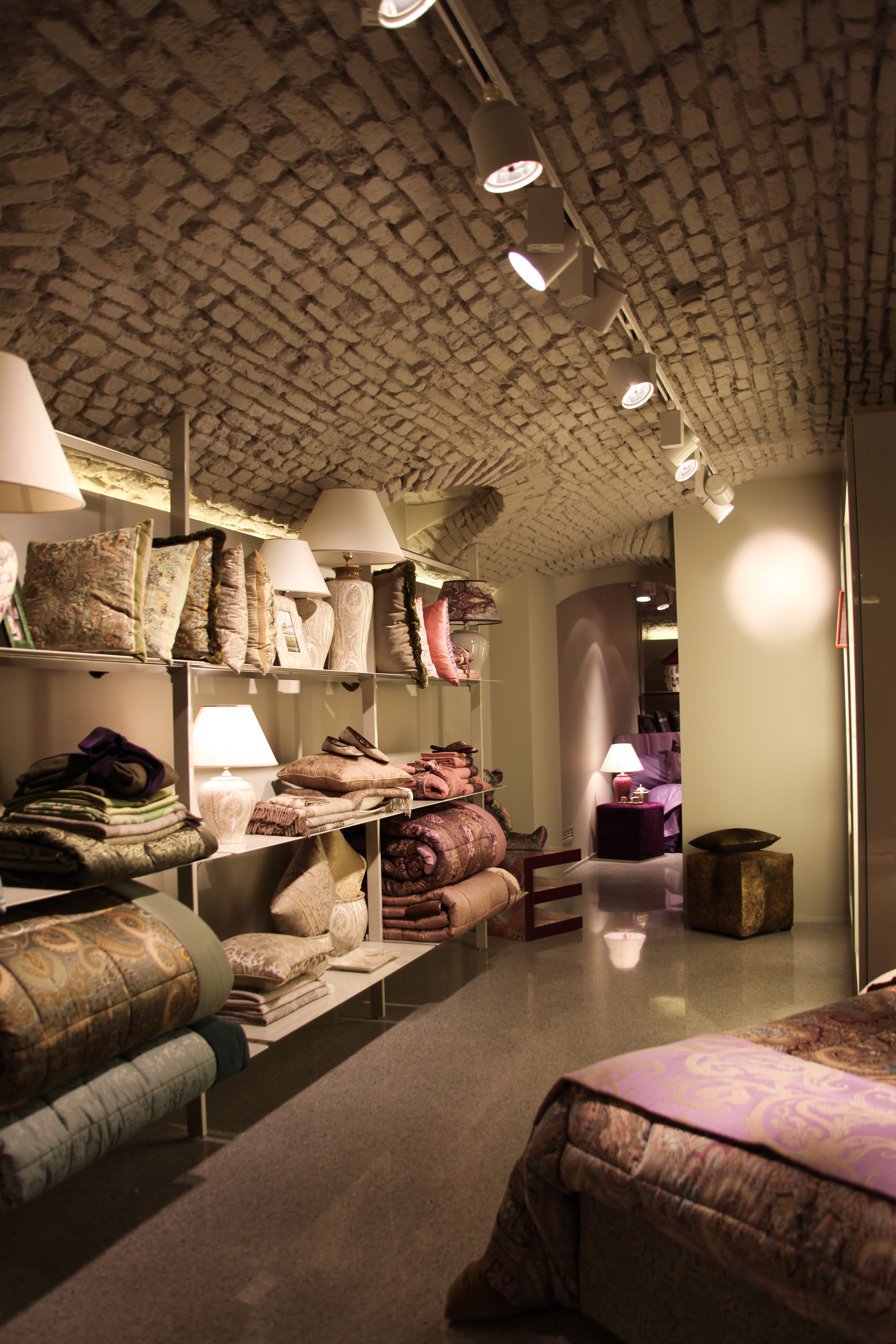 Etro home boutique in milan great spaces ii home for Etro arredamento