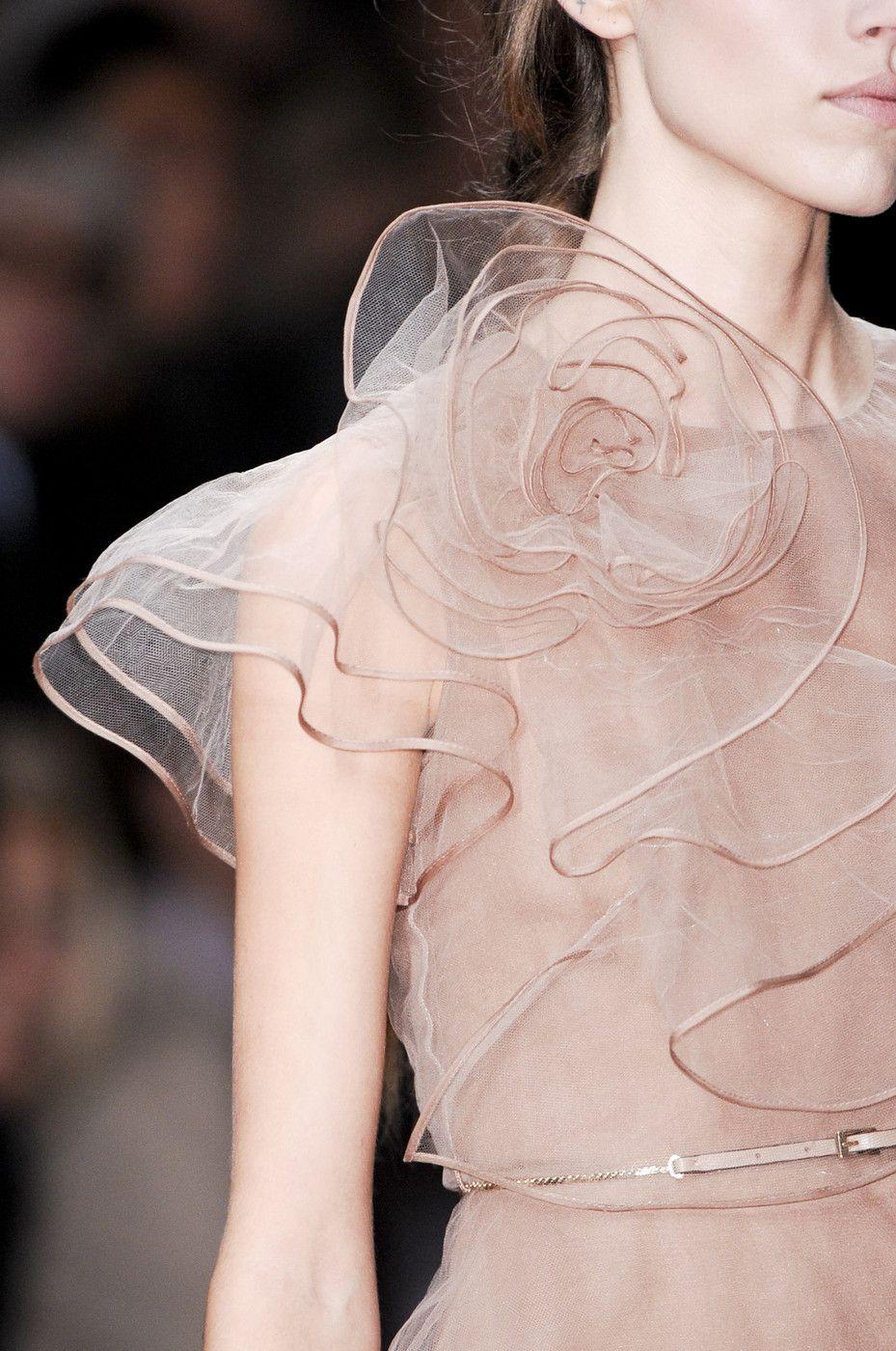 Valentino at Paris Fashion Week Spring 2011 | Experimentación textil ...