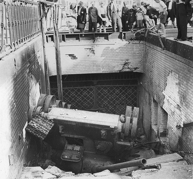 1945 Allemagne Berlin Un Char Russe T 34 85 Est Tombe Dans La Bouche De Metro De L Alexanderplatz Geschiedenis Woii En Oorlog