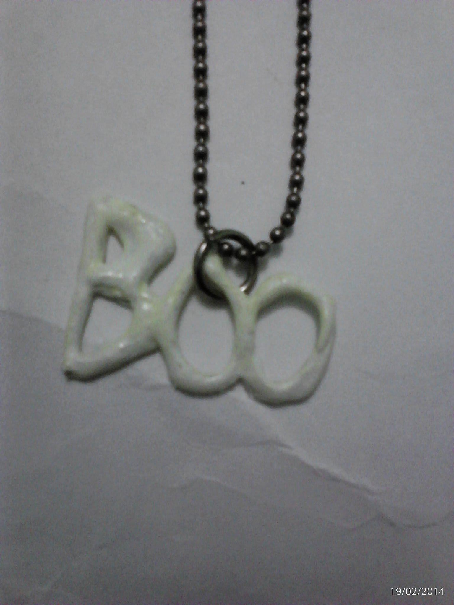 un collar que hice con la palabra Boo en silicon , que brilla en la oscuridad!