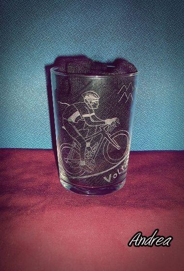 Vaso de sidra grabado a mano con punta de diamante con dibujo de ciclista. www.todo-artesania.wix.com/detalles