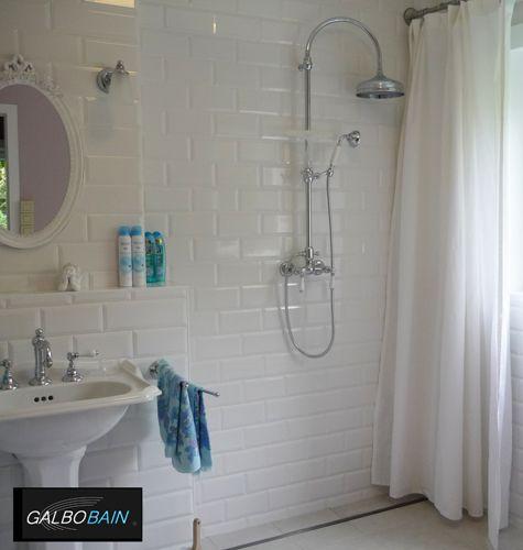 Salle de bain rétro avec douche à lu0027italienne équipée avec une barre - enduit salle de bain