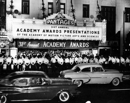 Oscar Night 1959 An Eager Crowd Pours Into The Pantages Theater On Hollywood Boulevard Oscar Night Hollywood Theatre