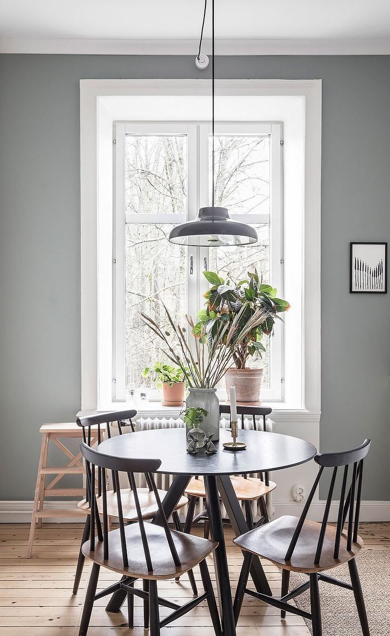 White Kitchen With A Cozy Dining Table In 2020 Haus Essen