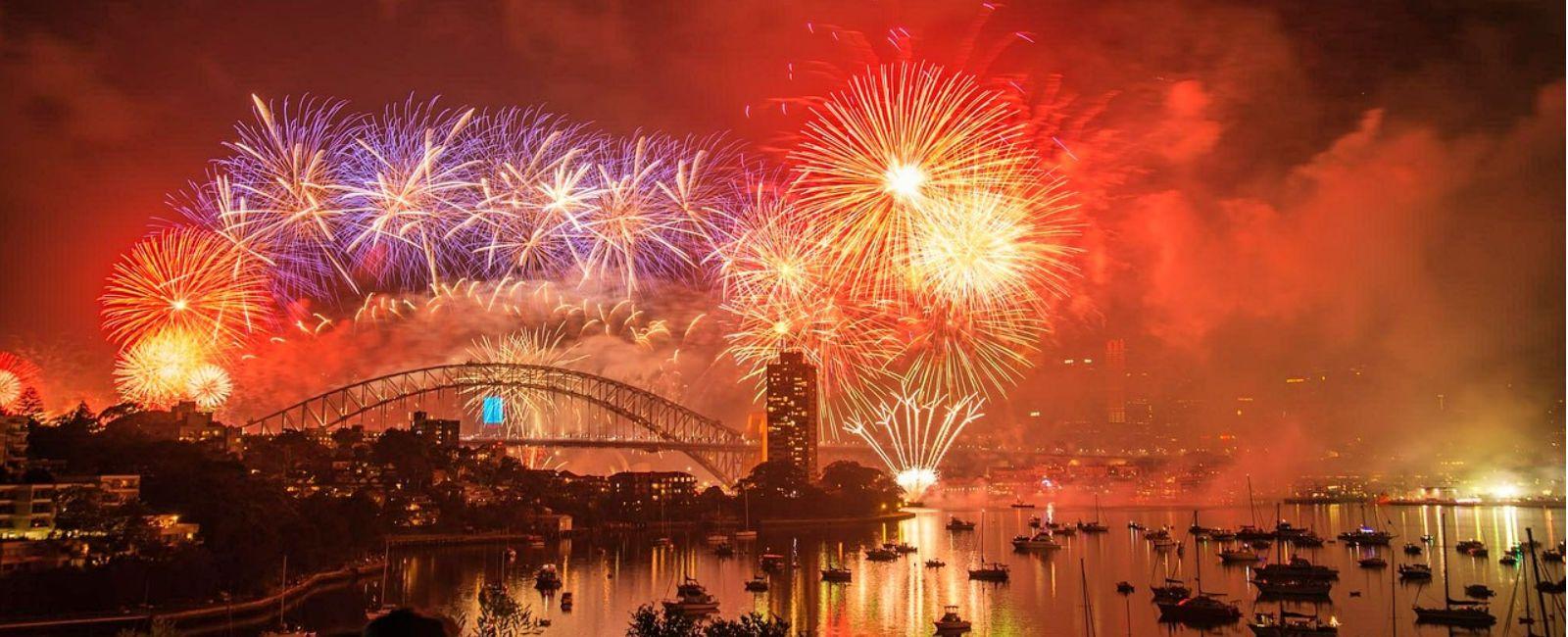 Ο κόσμος γιορτάζει τον ερχομό του 2019 New year