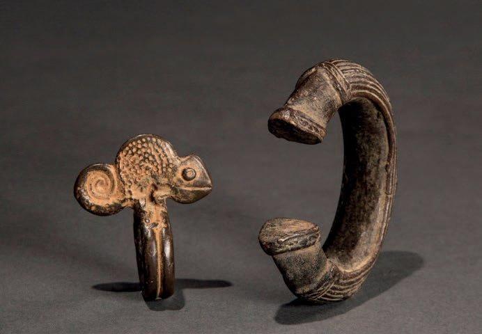Lobi, Burkina-Faso. Un bracelet en bronze et une bague portant un caméléon. Belle patine d'usage - Lombrail-Teucquam - 08/02/2015