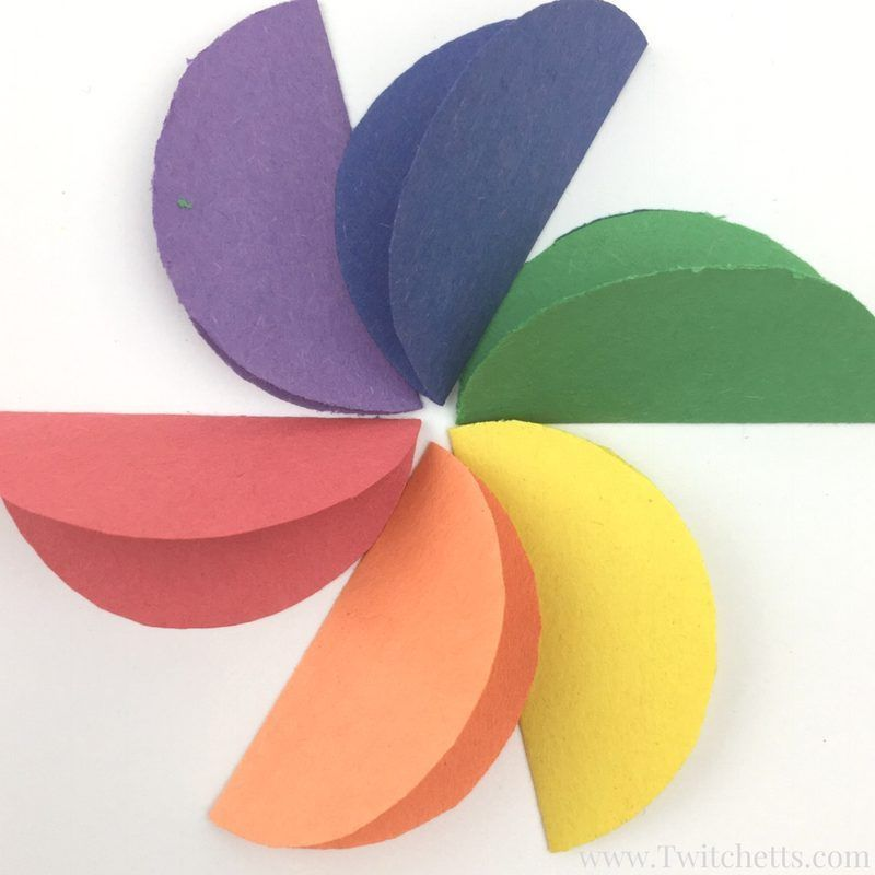How to make easy rainbow paper flowers for kids #constructionpaperflowers These construction paper rainbow flowers are perfect diy paper flowers for your kids to make! These a fun paper flowers for a kids craft. #constructionpaperflowers