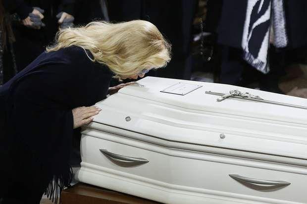 En fin de cérémonie, Sylvie Vartan, ancienne compagne du rockeur, a embrassé son cercueil.