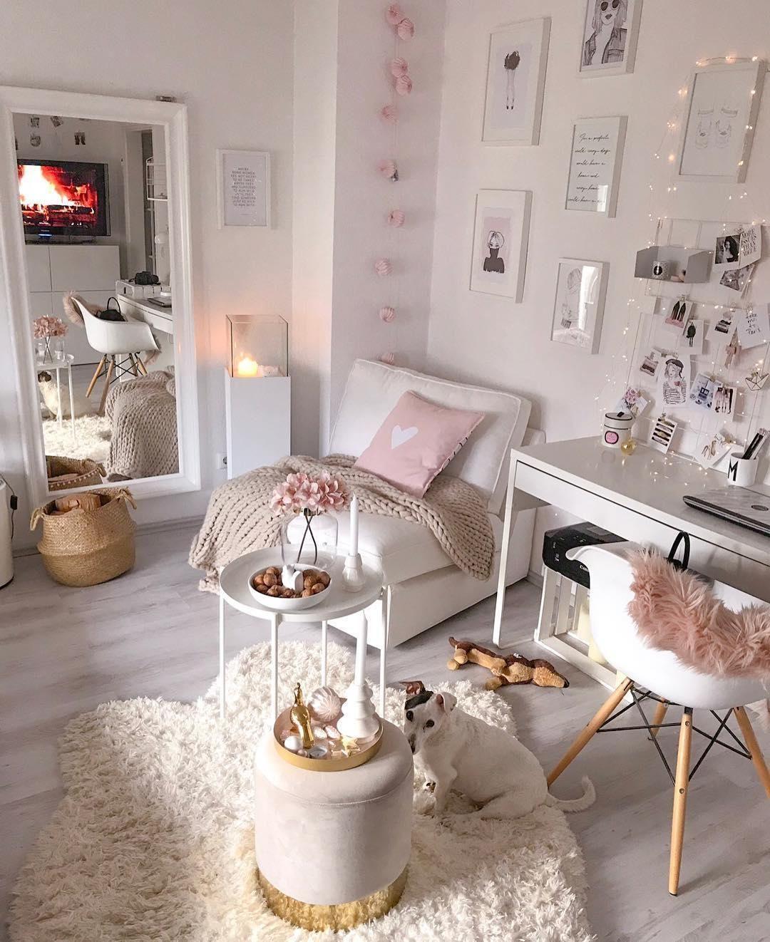 Cozy in Pink! In diesem kuscheligen Wohnzimmer in zartem Rosa lassen sich die kalten Tage aushalten. Kerzenschein, flauschige Plaids und gemütliche Kissen sorgen für eine entspannte Atmosphäre! Unser Favorit? Der Samt-Hocker Harlow! 📷:@villa.snowwhite // Wohnzimmer Deko Dekoration Rosa Winter Weihnachten Winterdeko Weihnachtsdeko Pouf Samt Sessel Fell Teppich #Wohnzimmer #Wohnzimmerideen #Weihnachten #Winterdeko #Weihnachtsdeko #Pouf #Samt #Delp