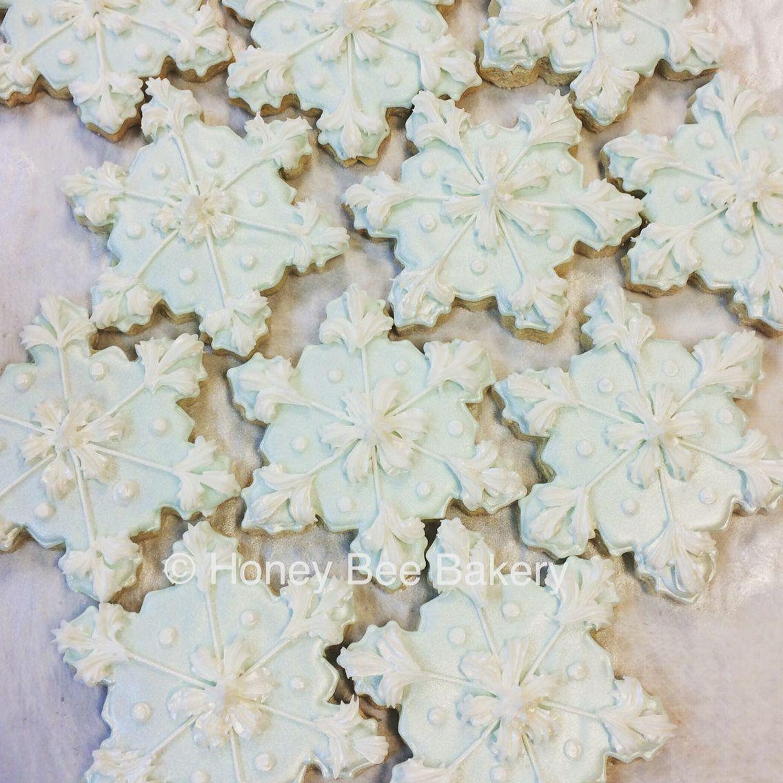 Snowflake cookies ❄️❄️❄️❤️❤️❤️ #icedsugarcookies #snowflakecookie #madebyhand #madefromscratch #honeybeebakery #honeybeecookies