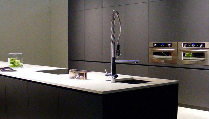 Grijze Moderne Keuken : Grijze keuken met grote kraan in industriële look keuken