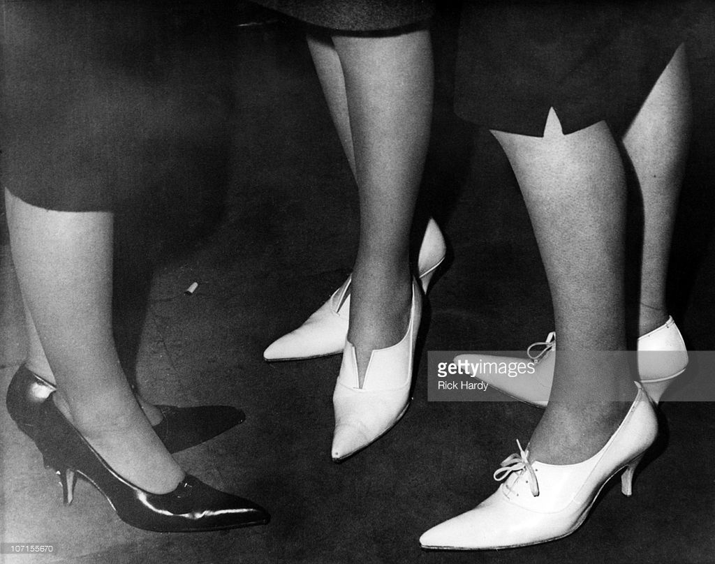 three-women-wearing-highheeled-shoes-with-winklepicker-toes-at-a-bar-picture-id107155670 (1024×808)