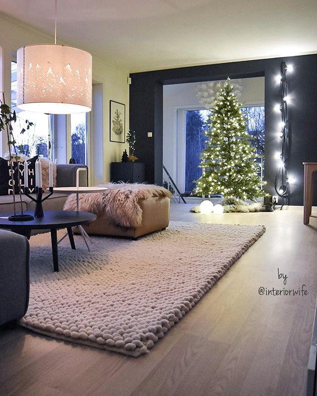 X-mas || livingroom ✨ Greide ikke vente lenger med å sjekke om juletreet fra @multitrend stod til forventningene 🙈😄✌🏼️ Og ja, naturtro, satt sammen på bare 1-2-3, ferdig monterte lys, plug'n play, og vips så ble det Disney-jul i stua ✨🎄✨ Veldig tidlig altså, men nå tror jeg kanskje treet blir stående til nyttår 😄🙋🏼