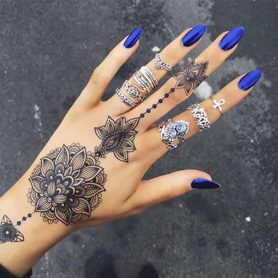 Este Tatuaje de una preciosa flor de mandala en la mano DB