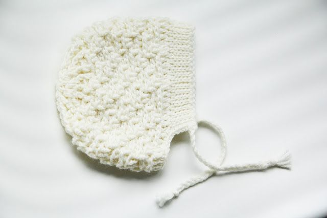 Lief gehaakt babymutje met reliëfpatroon: bonnet (gratis patroon)