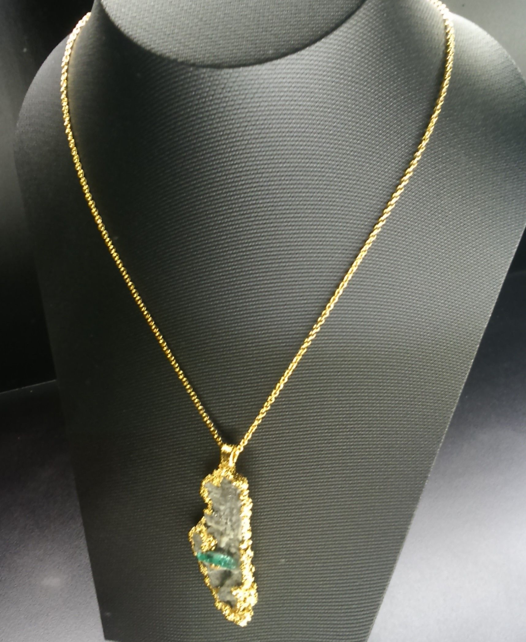 a4da95c72ec0 Dije en bronce con enchape de oro 24K y con una esmeralda canutillo ...