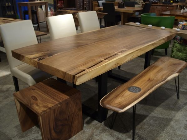 Table straight cut en bois de suar avec pattes de m tal for Table exterieur rallonge aluminium