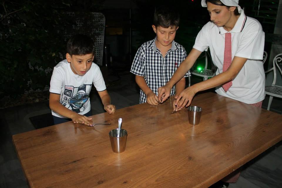 #masa #oyunu #kaşığı #bardağa önce koyabilmek için #yarışıyorlar... #sünnet #organizasyonları #oyun #yarışma #minisihirbazlık #danslar #masaoyunları #animatör #eğlencelioyunlar #animasyondansları #simanimasyon #neşeli #eğlenceli #koşmalı #gülmeli #çocuk #aile