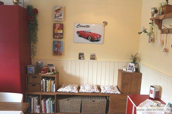 Eine kleine DIY-Sitzbank vor der halbhohen Wandverkleidung aus Holz