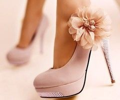 pink heels and flower bows. i'm in heaven.
