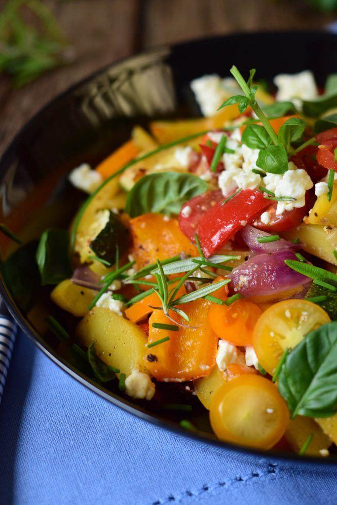Ofengemüse mit neuen Kartoffeln, Feta und frischen Kräutern in der Rösle Grillpfanne