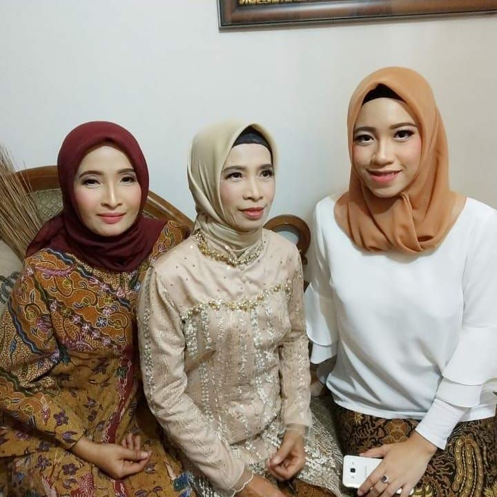 Photo of Make up keluarga 🌺🌺🌺 . . .  #makeupsurabaya #makeuppengantinmurah #make…