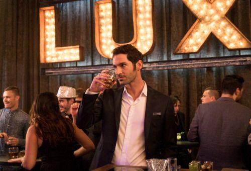 Lucifer em sua Boate Lux.