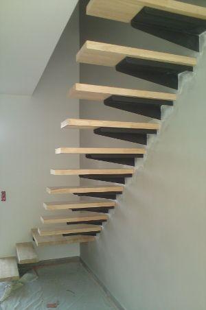escalier limon acier dans le mur platines acier et marches en h v a 44 mm garde corps. Black Bedroom Furniture Sets. Home Design Ideas