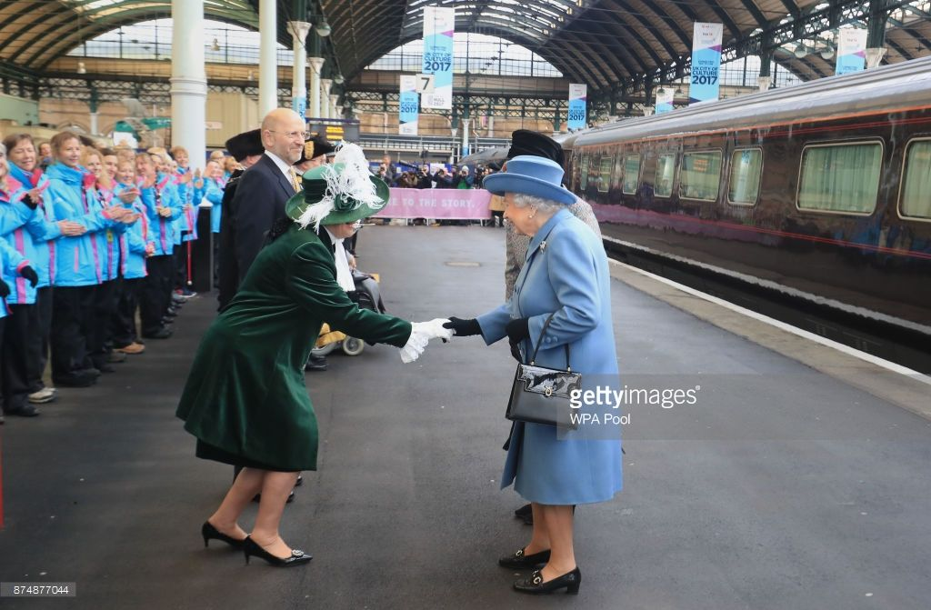 Queen Elizabeth Ii Arrives At Hull Railway Station During A Visit To The City To Mark Its Year As The Uk City Of Culture Konigin Elisabeth Kingston Elisabeth