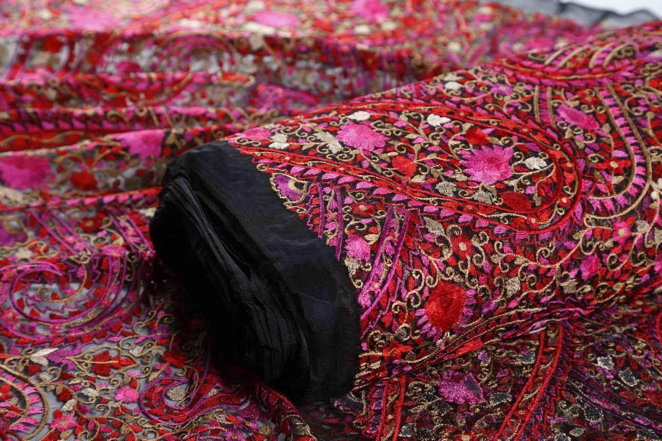فستان السهرة باللون الأحمر لإطلالة مثيرة وجذابة مع أقمشة التراث الهندي حيث التميز بباقات الورد المتداخلة على سطح النسيج والتي تجذب الأنظار إليك بالإضافة إ Indian