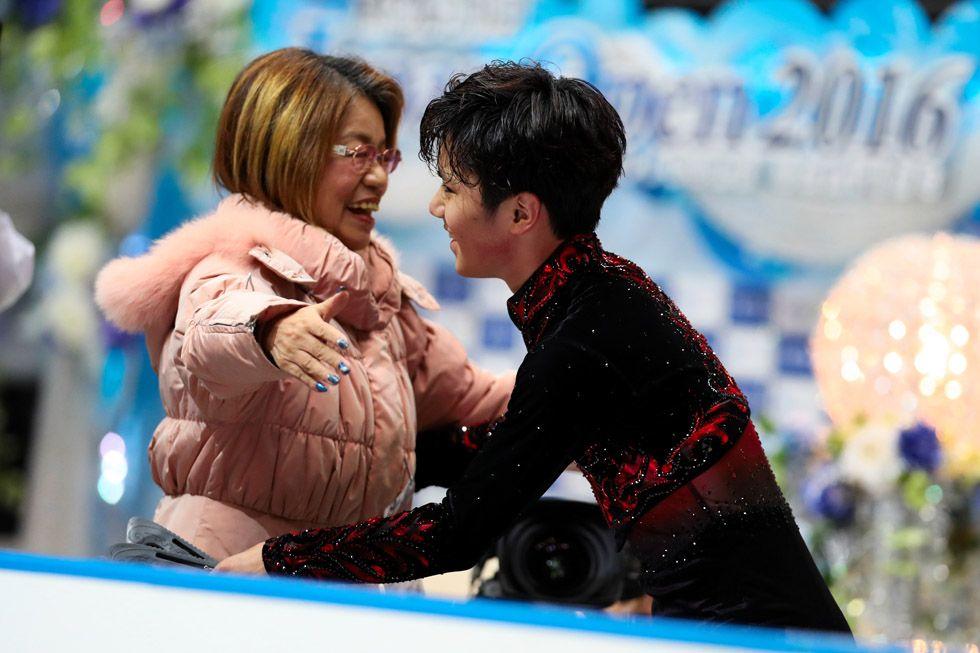 ジャパンオープンでの演技後、山田満知子コーチと抱き合う宇野昌磨(右)=遠藤啓生撮影 (2016年10月1日)