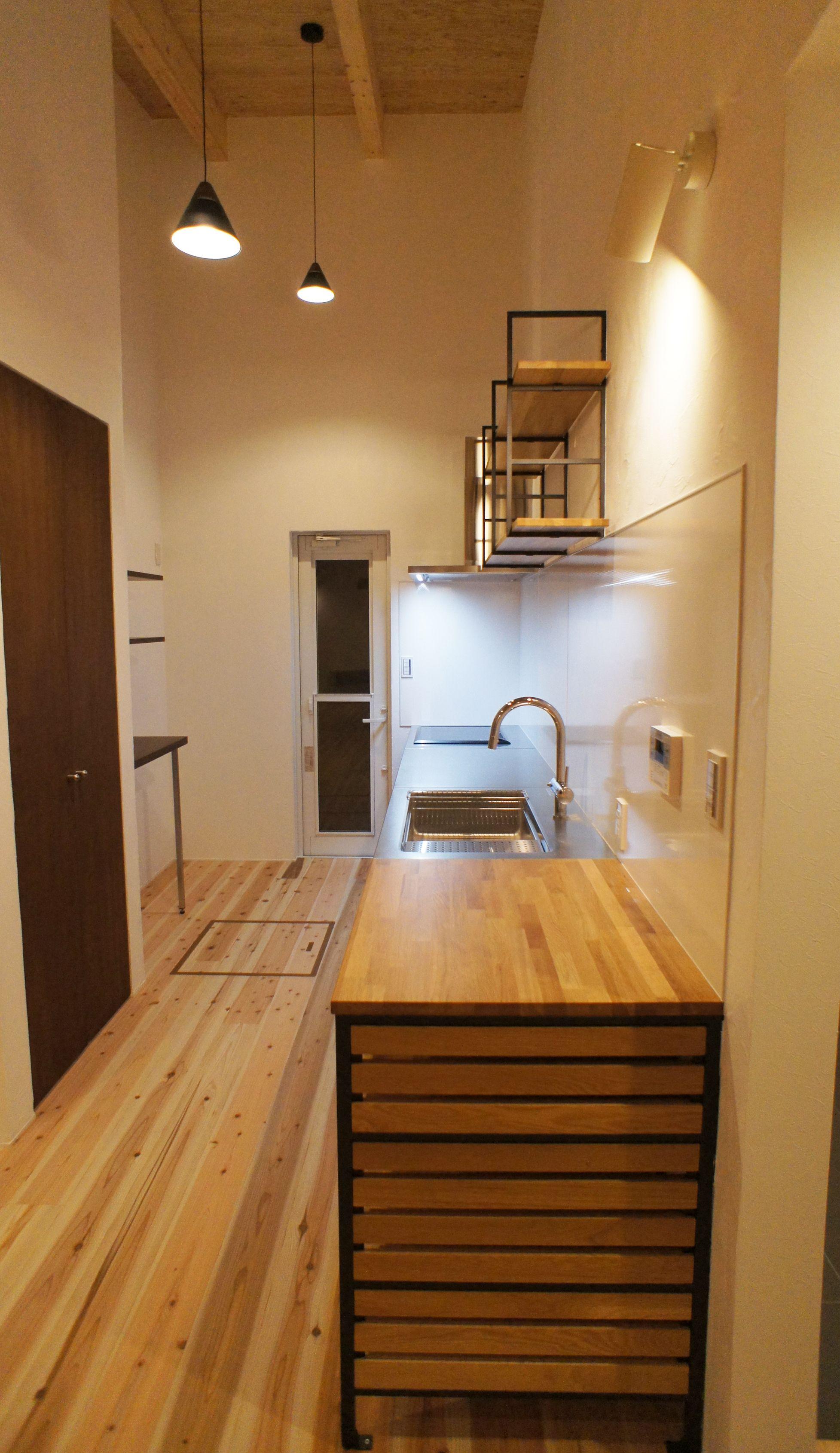 キッチンはkuromukuを採用して 照明もおしゃれにコーディネートしま