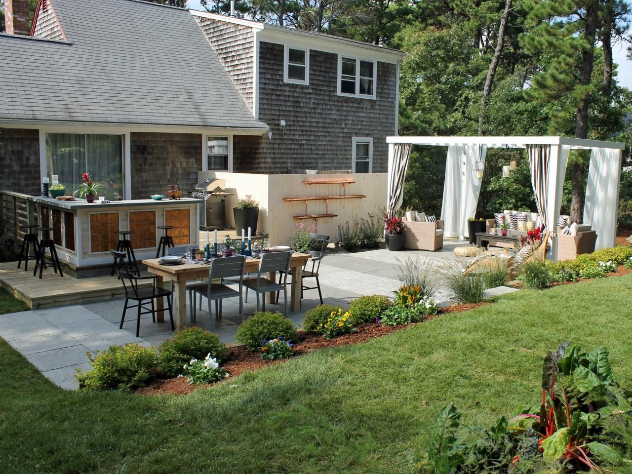 15 Before And After Backyard Makeovers Landscaping Ideas Hardscape Design Hgtv
