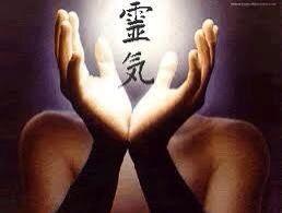ॐ Reiki Energia do Universo ॐ  O que é Reiki?  É um método terapêutico complementar que se utiliza com a imposição das mãos e da Energia Vital no intuito de equilibrar os campos energéticos do indivíduo, auxiliando-o no restabelecimento do seu equilíbrio físico, mental e espiritual.
