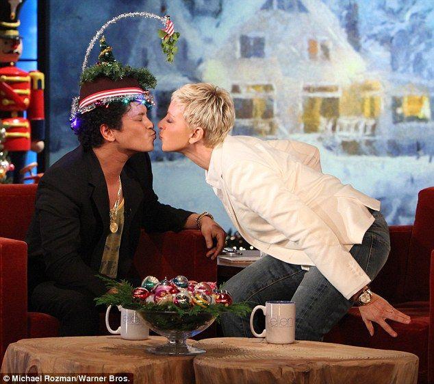 Ellen And Bruno Mars Share A Christmas Kiss Mars Bruno