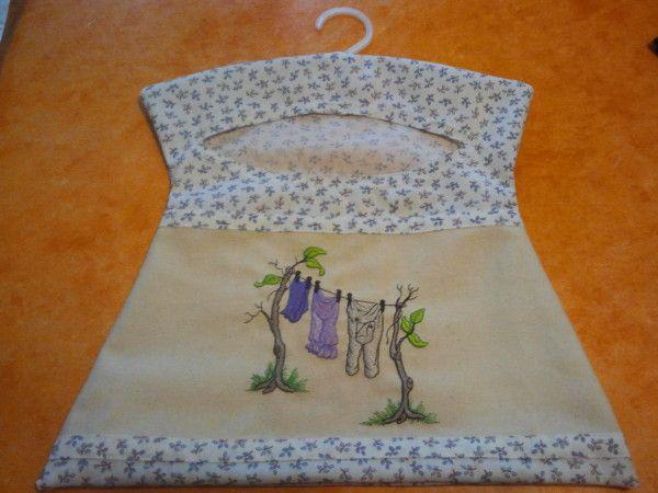 Bonjour je viens de réaliser cette petite robe sac pour les pinces à linge, celle-ci est pour ma mère. J'ai pris exemple sur un modele acheté dans le commerce. Bonne journée Bises