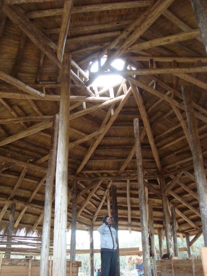Techo de paneles de paja sobre estructura reciproca en - Estructuras de madera para techos ...