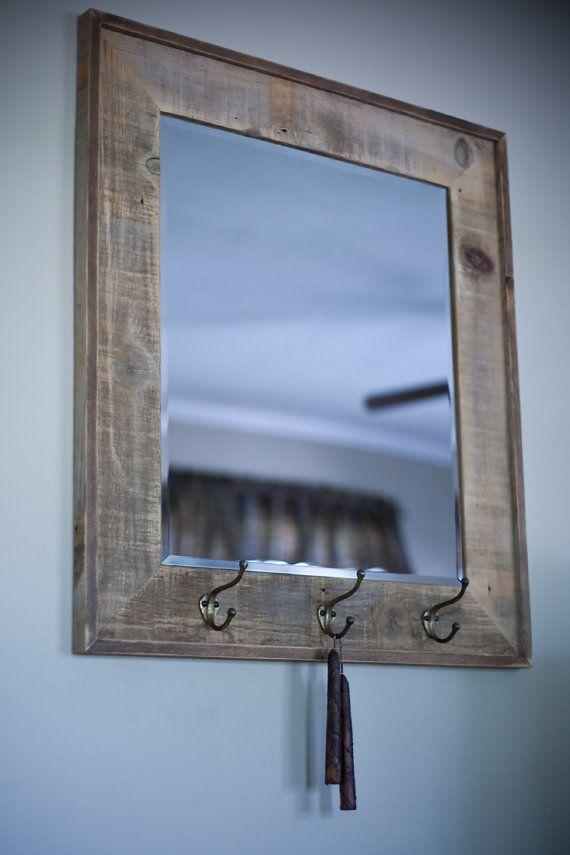 Este espejo biselado se enmarca utilizando madera recuperada granero ...