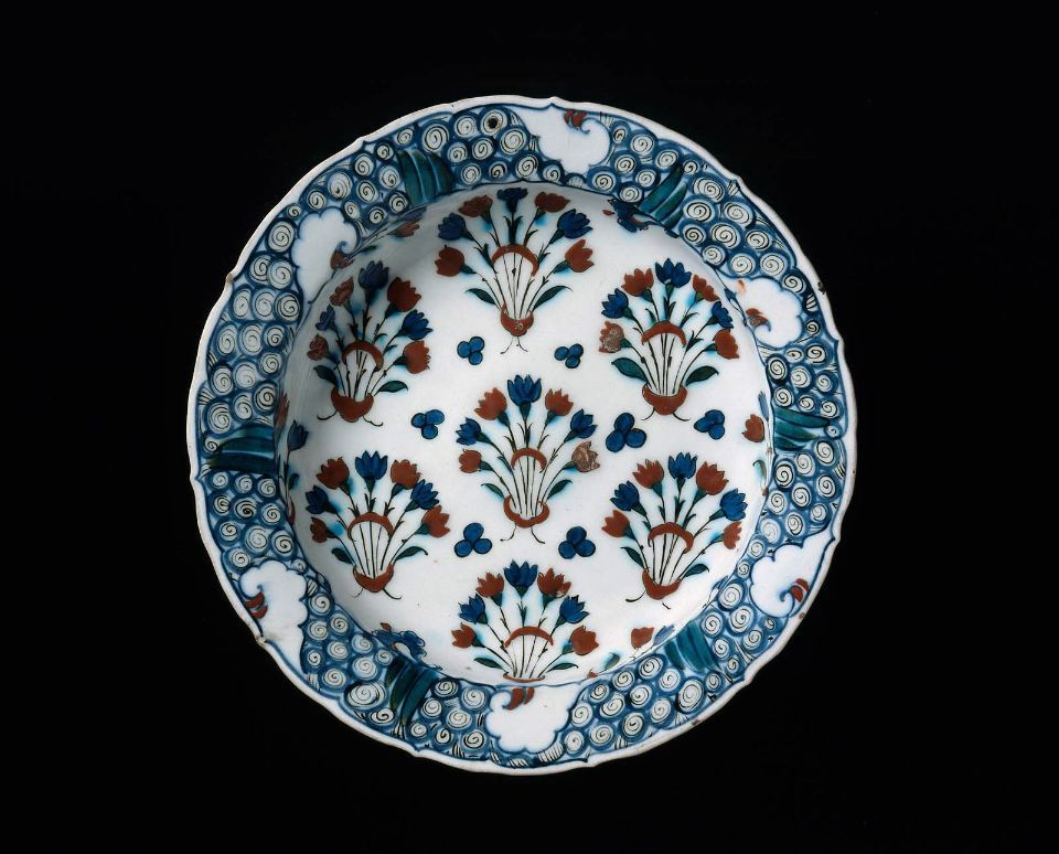 Dish with flowering plants      Turkish, Ottoman, fourth quarter of the 16th century       Iznik, Turkey