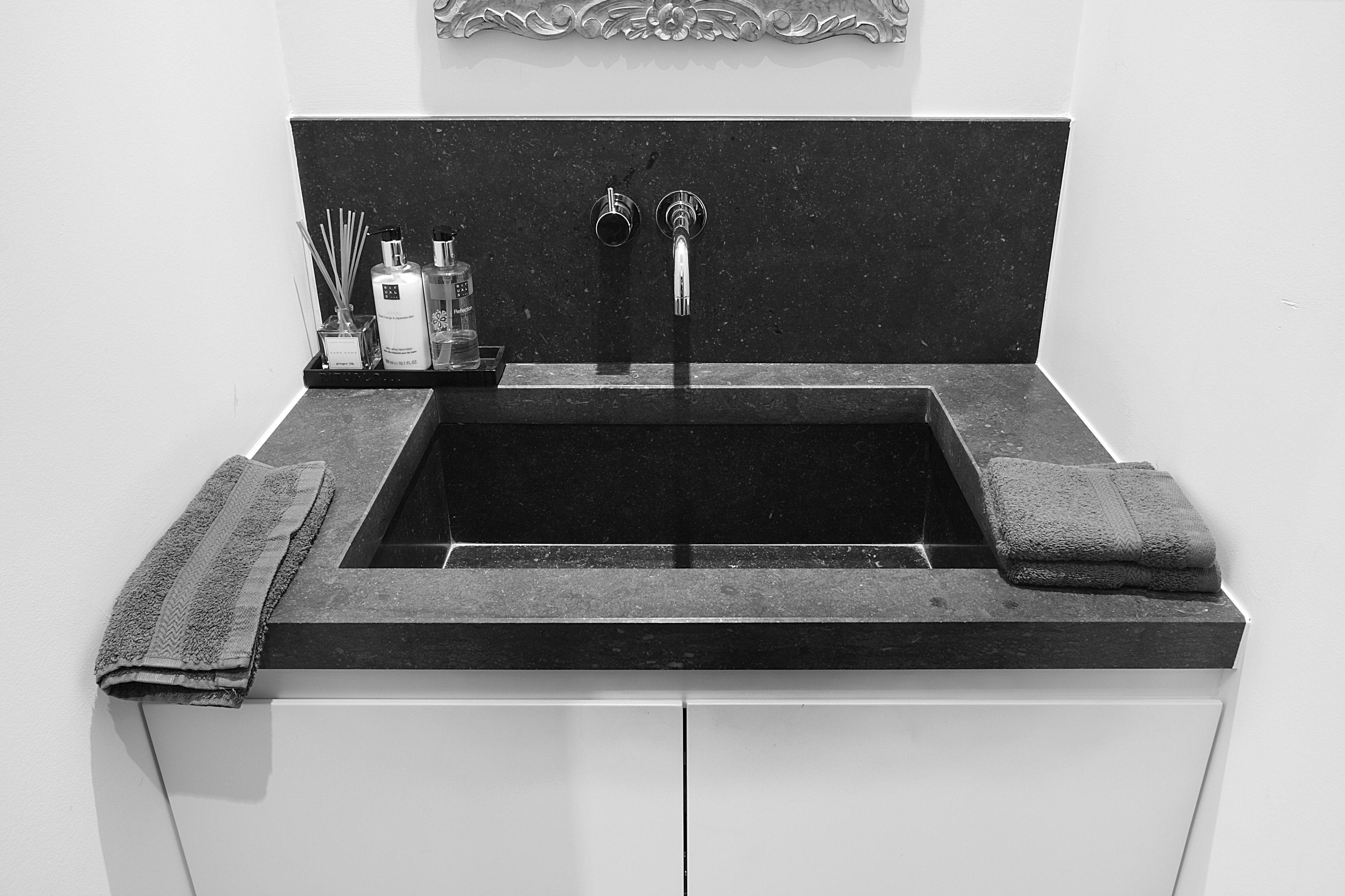 Een zwarte wastafel als eyecatcher in je witte badkamer. prachtig